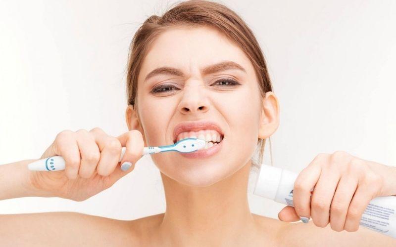 Đánh răng quá mạnh khiến men răng bị bào mòn và gây ê buốt