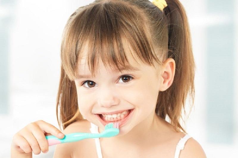 Chú ý vệ sinh răng miệng kỹ càng cho trẻ khi đeo hàm niềng