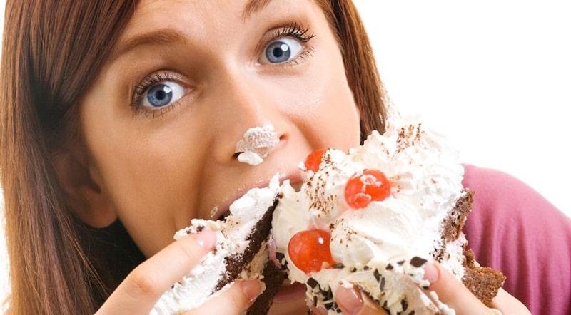 Việc ăn nhiều đồ ngọt cũng là nguyên nhân gây áp xe nướu răng