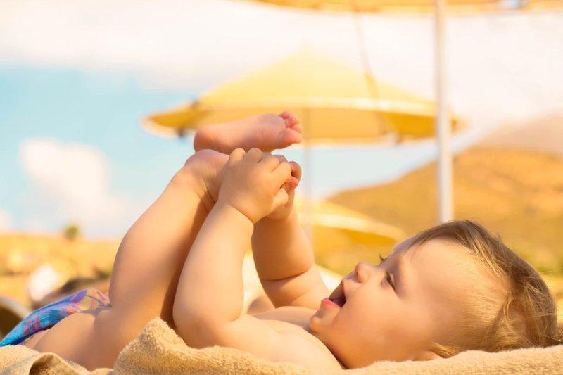 Việc cho bé tắm nắng hàng ngày sẽ giúp bé hấp thu vitamin D tốt hơn, thuận lợi cho quá trình mọc răng