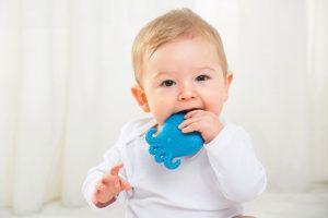 Sử dụng đồ chơi dùng để gặm, kích thích quá trình mọc răng cho trẻ 9 tháng.