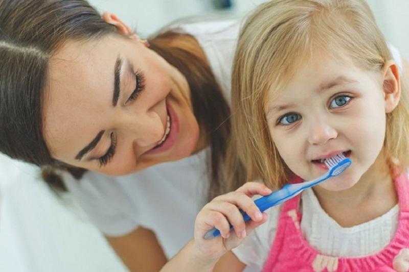Cha mẹ hãy đảm bảo răng miệng của bé luôn sạch sẽ và tập cho bé đánh răng bắt đầu có những chiếc răng đầu tiên