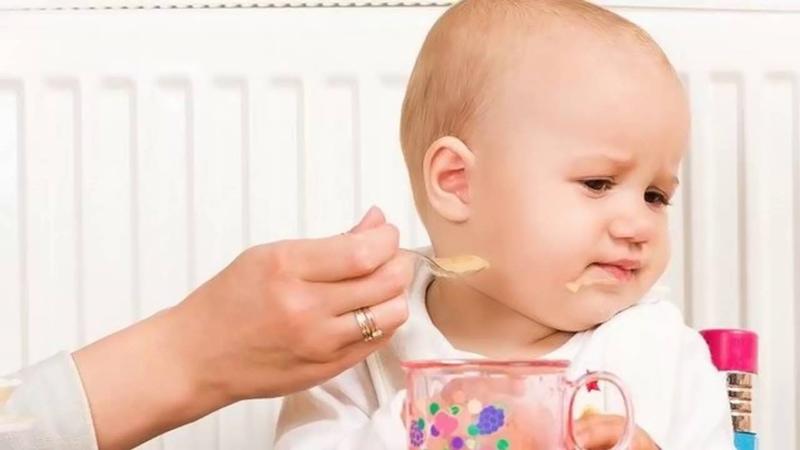 Trẻ biếng ăn, chậm lớn là dấu hiệu của việc thiếu canxi.