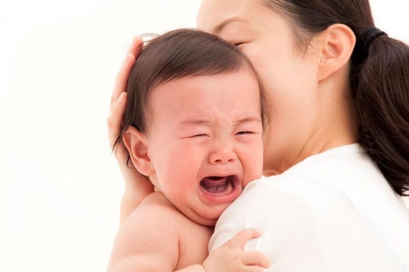 Chườm lạnh hoặc cho con dùng núm vú giả để tránh nguy cơ con quấy khóc khi mọc răng