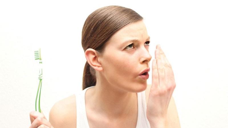 Đánh răng kỹ sau khi ăn với các loại kem đánh răng có khả năng loại bỏ mùi hôi