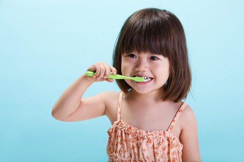 Cha mẹ cũng nên hướng dẫn cho các bé đánh răng đúng cách để phòng ngừa sún răng