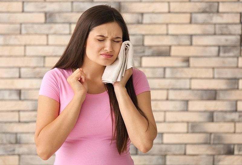 Sự thay đổi nội tiết tố là nguyên nhân chính khiến mẹ bầu bị ê buốt răng