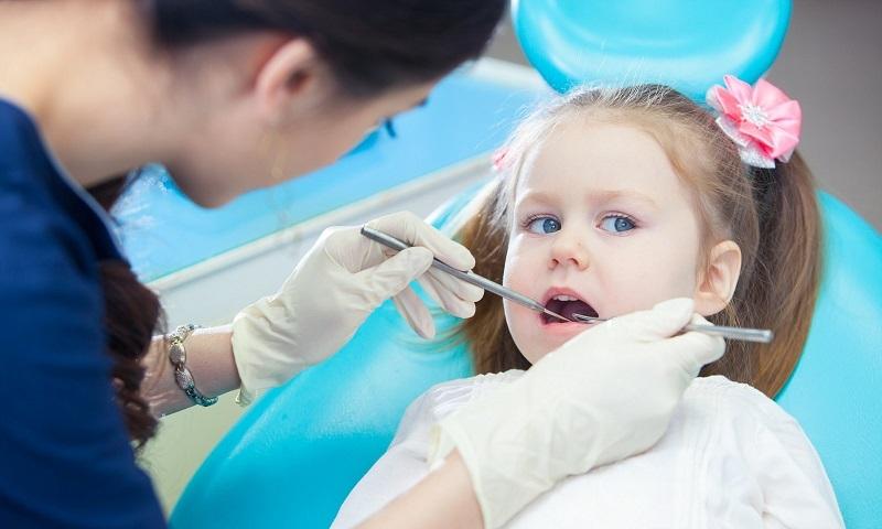 Cha mẹ nên thường xuyên cho con đi khám nha khoa