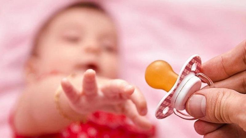 Mẹo cho bé chậm mọc răng phổ biến là ngậm vú giả lạnh
