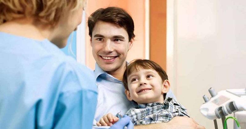 Việc đưa bé đi khám răng định kỳ là phương án hữu hiệu nhất để phòng tránh và điều tri sâu răng cho bé
