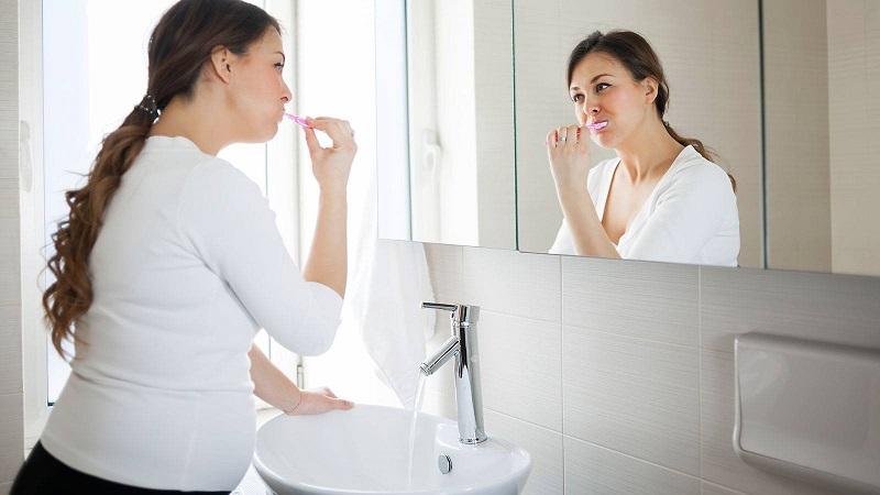 Mẹ bầu cần vệ sinh răng miệng thật tốt để phòng tránh tưa miệng
