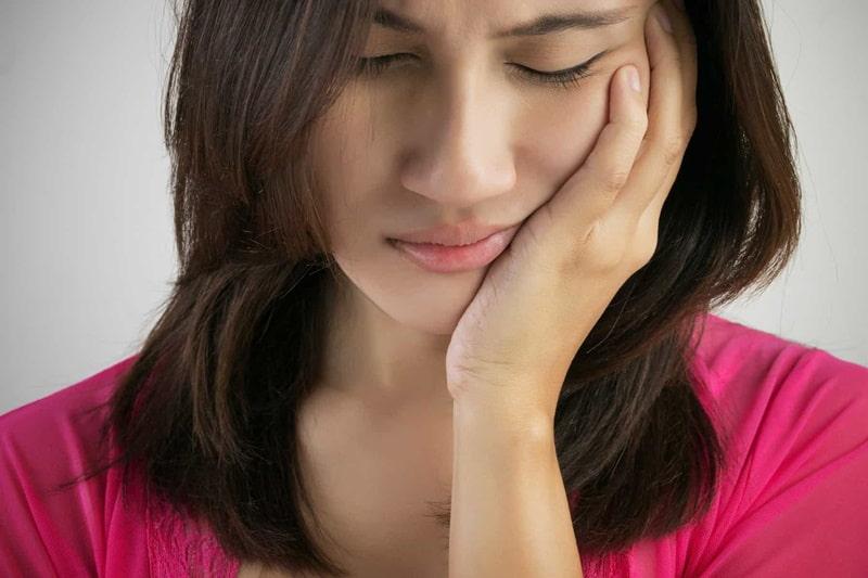 Do viêm lợi trùm răng khôn khiến răng không thể phát triển được nên sẽ gây ra đau nhức phần góc hàm.