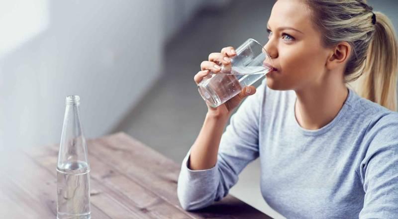 Hãy tập thói quen uống đủ lượng nước trong ngày để tốt cho sức khỏe và ngăn ngừa hôi miệng