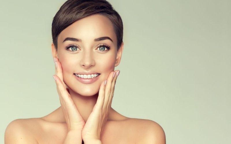 Niềng răng bị hóp má là tình trạng hai bên má và thái dương bị lõm sau sau khi niềng răng chỉnh nha