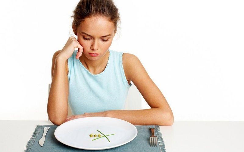 Thói quen ăn nhai cũng có thể khiến gây ra tình trạng hóp má sau niềng răng