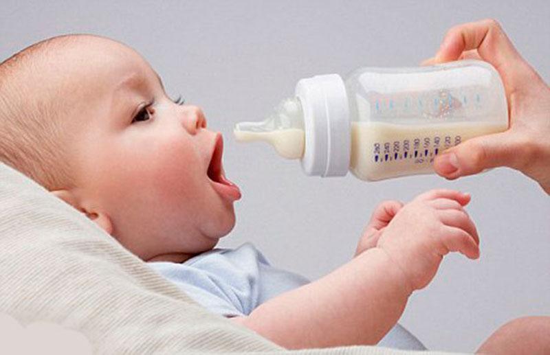 Trẻ dùng sữa công thức hoàn toàn cần được rơ lưỡi nhiều hơn