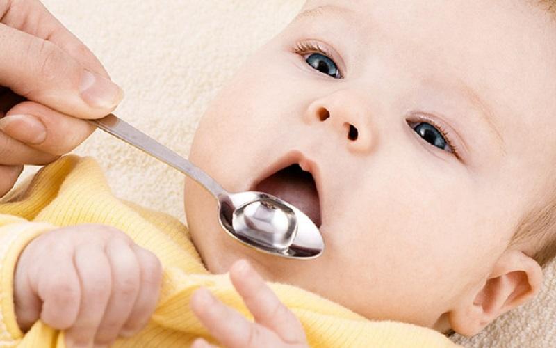 Tráng miệng lại bằng nước ấm sẽ giúp miệng bé được sạch sẽ hơn