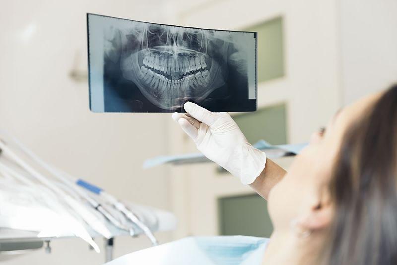 Khách hành sẽ được kiểm tra cấu trúc răng, vệ sinh răng miệng trước khi bọc răng sứ