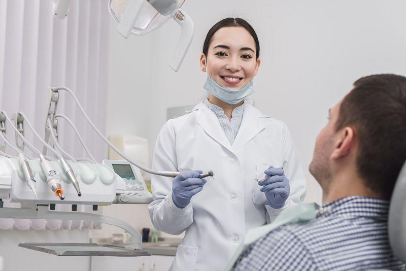 Khách hành cần tái khám định kỳ để bác sĩ kiểm tra sức khỏe răng miệng