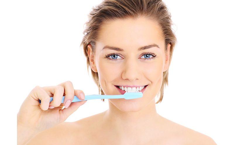 Sau khi bọc răng sứ, bạn cần vệ sinh răng miệng mỗi ngày và tái khám theo hướng dẫn của bác sĩ
