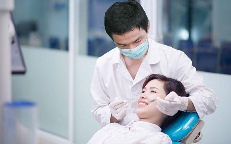 Bác sĩ thăm khám, đo khoảng cách khe thưa và lấy dấu răng