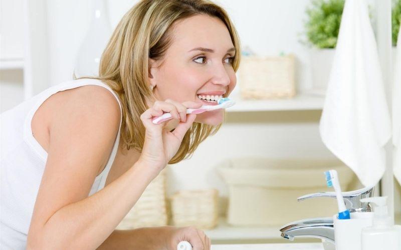 Việc vệ sinh răng miệng thường xuyên giúp tránh các bệnh lý như sâu răng, viêm nha chu