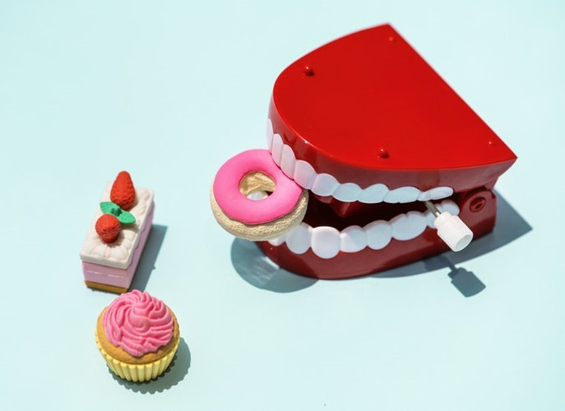 Không nên ăn thực phẩm ngọt, có phẩm màu là câu trả lời cho câu hỏi bọc răng sứ có ăn uống bình thường được không