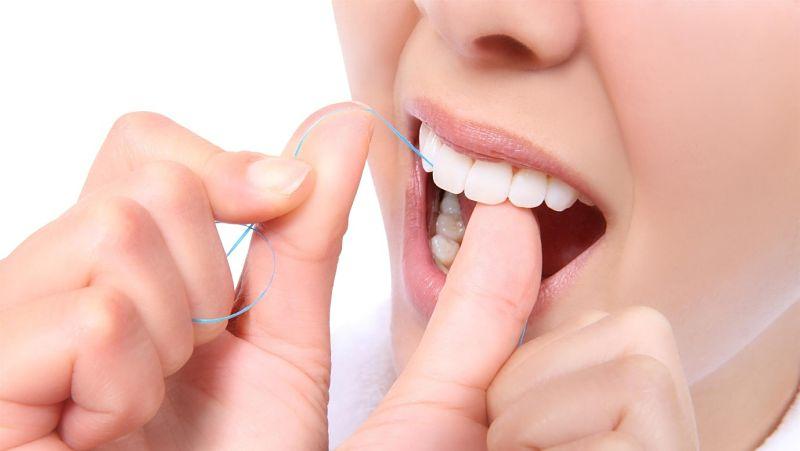 Vệ sinh răng mỗi ngày để kéo dài tuổi thọ cho răng sứ