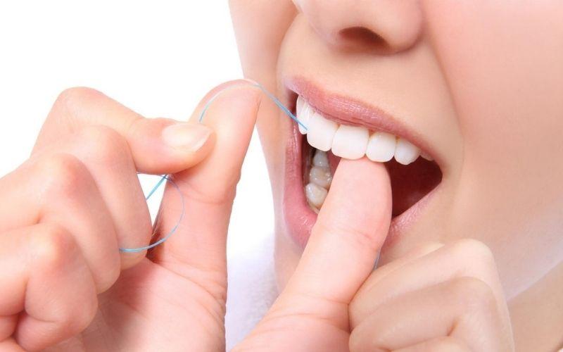 Sử dụng thêm chỉ nha khoa để vệ sinh răng miệng hàng ngày