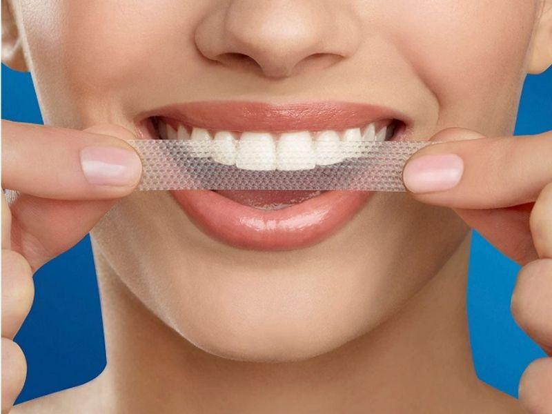 Cách sử dụng miếng dán trắng răng Crest rất đơn giản, tiện lợi