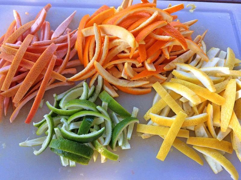 Bề mặt nhám cùng với lượng vitamin C có trong các loại vỏ sẽ giúp nhẹ nhàng lấy đi mảng bám