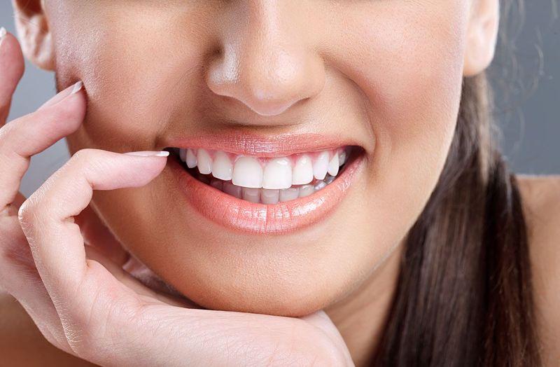 Bạn nên lựa chọn các cơ sở nha khoa uy tín để dán răng sứ
