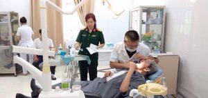Các bác sĩ tại Bệnh viện Quân Y 103 đang khám răng cho bệnh nhân