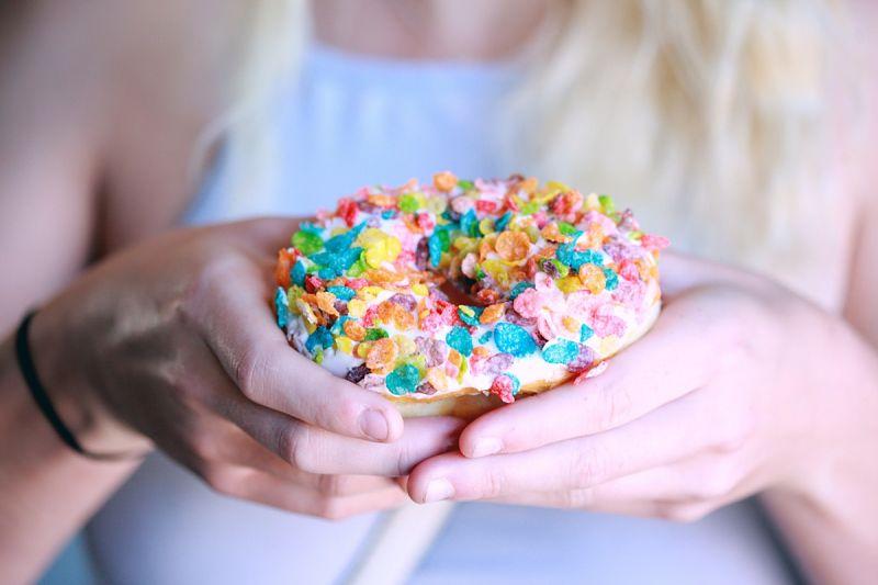 Bạn nên hạn chế ăn đồ ngọt sau khi lấy cao răng