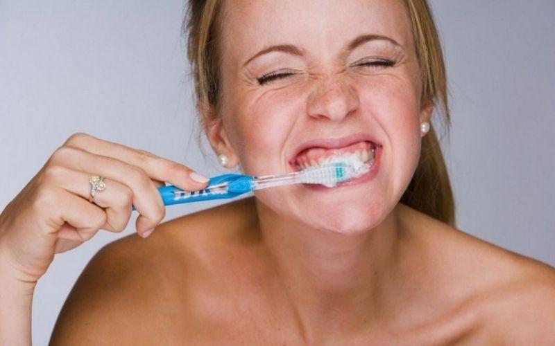 Sau khi dán sứ Veneer cần thực hiện vệ sinh răng miệng thường xuyên