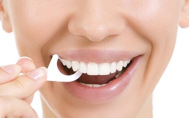 Làm sạch răng thường xuyên bằng chỉ nha khoa