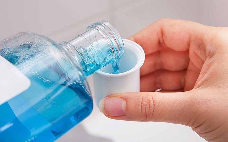 Bạn nên sử dụng các loại nước súc miệng có thành phần chống ê buốt