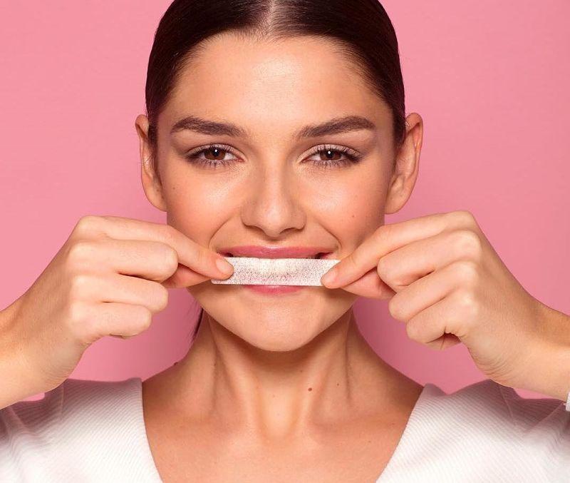 Dùng miếng dán trắng răng là cách tẩy trắng răng cấp tốc