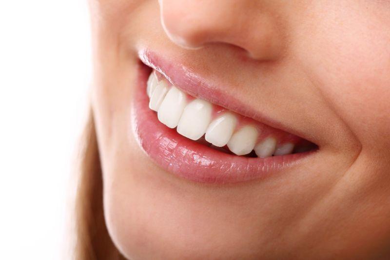 Răng sứ có hai loại chính là răng sứ kim loại và răng toàn sứ