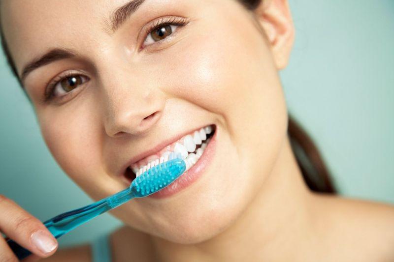 Vệ sinh răng miệng đúng cách để răng sứ bền chắc