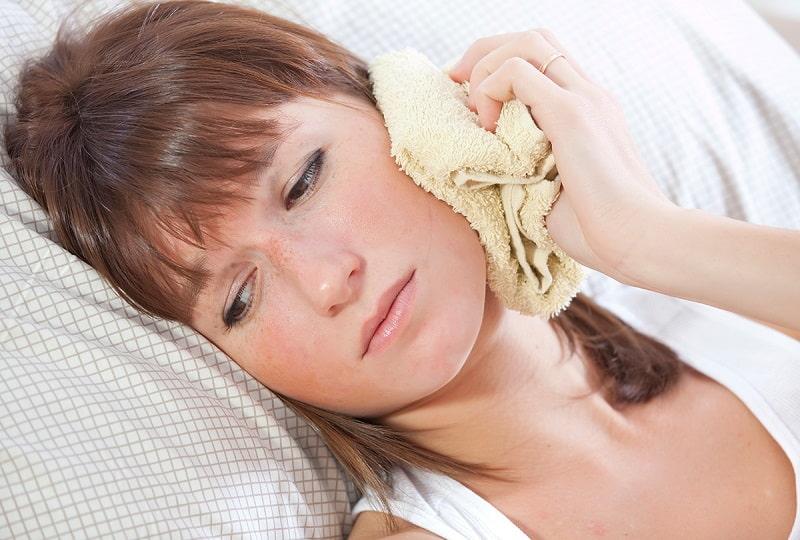 Cách khắc phục tình trạng răng bọc sứ bị đau bằng cách chườm lạnh