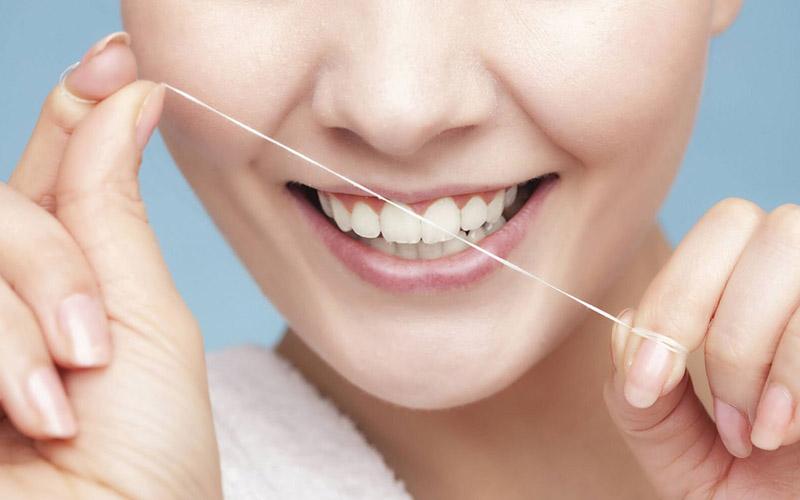 Sử dụng chỉ nha khoa để vệ sinh răng miệng tốt nhất