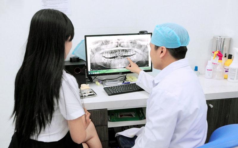 Thăm khám và tư vấn là bước quan trọng trước khi thực hiện bọc sứ cho răng