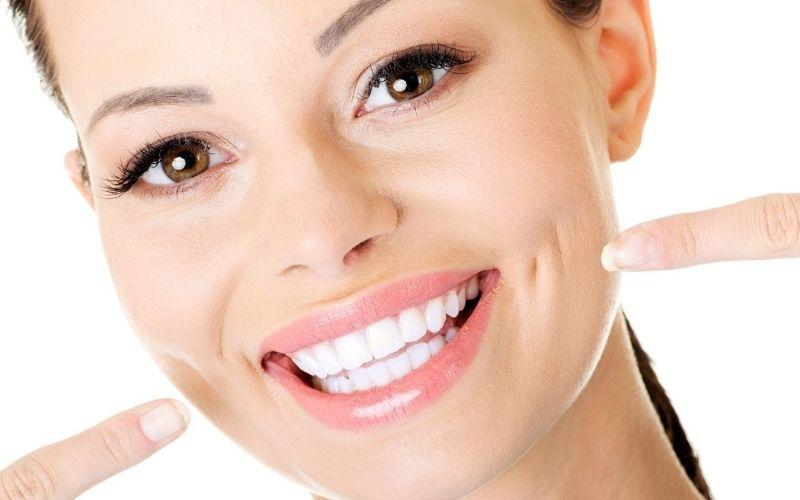 Nên niềng răng hay bọc răng sứ để có được nụ cười tự tin khi giao tiếp là thắc mắc của nhiều người