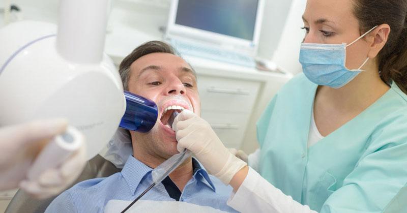 Trước khi bọc răng sứ cho bạn bác sĩ sẽ khám răng miệng tổng quát